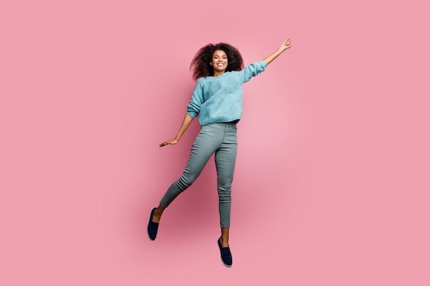 Foto a grandezza naturale di una ragazza carina carina positiva casuale in pantaloni grigi che tiene un ombrello immaginario che sorride a trentadue denti sulla parete color pastello