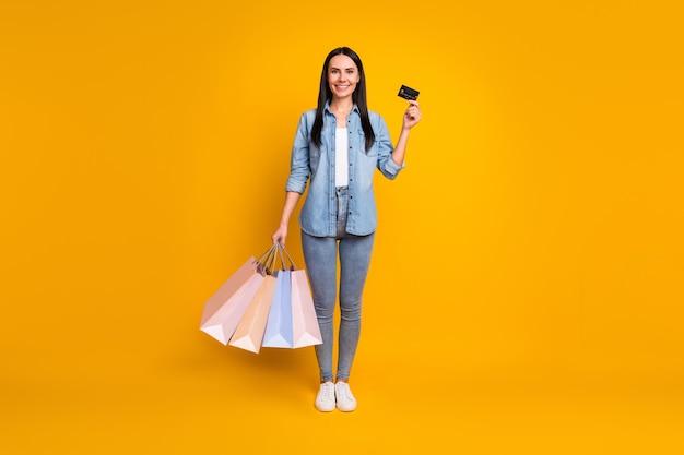 Vista a figura intera della ragazza che porta un nuovo affare pagando la carta di credito credit