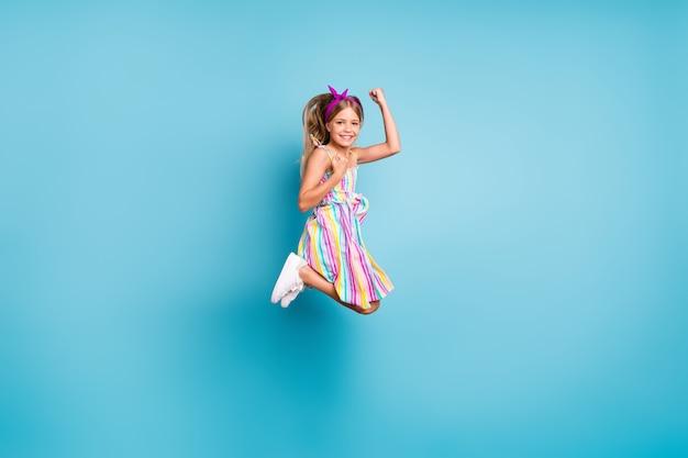 Vista a figura intera delle dimensioni del corpo di una ragazza allegra felice che salta esultanza