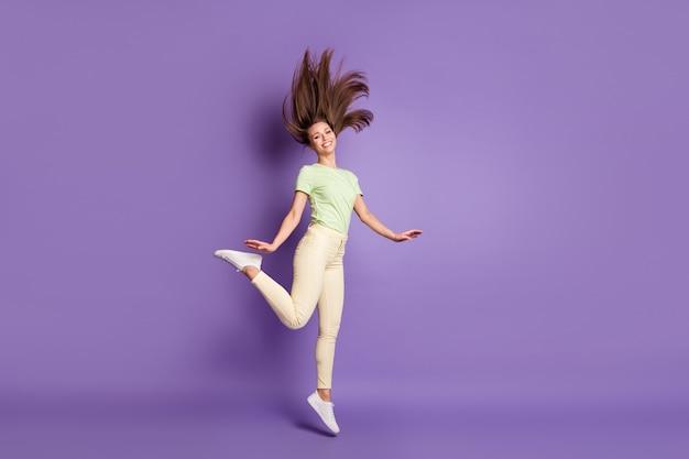 Vista a figura intera delle dimensioni del corpo di lei, bella ragazza attraente allegra magra che salta divertendosi il tempo libero ballando trascorrendo il fine settimana festa isolato luminoso vivido brillare vibrante lilla viola colore sfondo