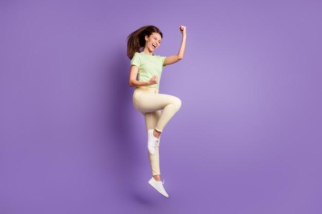 Vista a tutta lunghezza delle dimensioni del corpo di lei bella attraente in forma sottile felicissima allegra ragazza allegra che salta celebrando un grande successo notizie isolato luminoso vivido splendore vibrante lilla viola colore sfondo