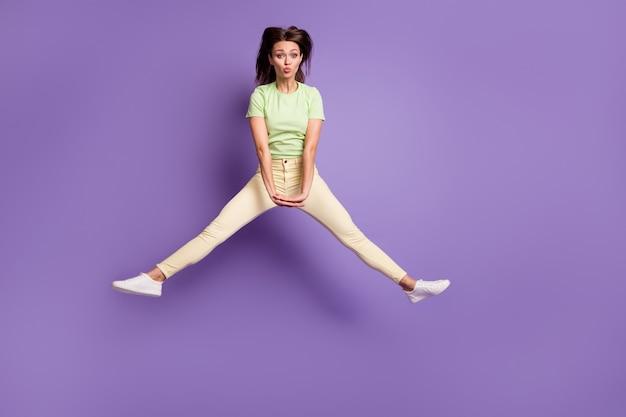 Vista a tutta lunghezza delle dimensioni del corpo di lei bella attraente piuttosto carina allegra allegra ragazza adolescente che salta divertendosi imbronciata labbra isolate brillante vivido brillantezza vibrante lilla viola colore sfondo
