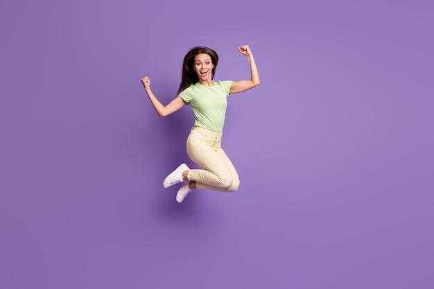Vista a tutta lunghezza delle dimensioni del corpo di lei bella attraente piuttosto fortunata allegra ragazza allegra che salta divertendosi celebrando il raggiungimento isolato luminoso vivido splendore vibrante lilla viola colore sfondo