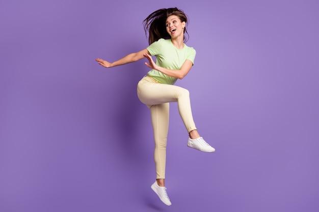Vista a tutta lunghezza delle dimensioni del corpo di lei lei bella attraente piuttosto snella allegra ragazza allegra che salta ballando divertendosi resto festa isolato luminoso vivido splendore vibrante lilla viola colore sfondo