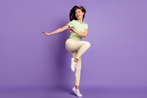 Vista a tutta lunghezza delle dimensioni del corpo di lei, lei, bella, attraente, allegra, allegra, spensierata, ragazza, salto, ballo, divertimento, riposo, relax, isolato, luminoso, vivido, splendore, vibrante, lilla, viola, colore, fondo