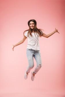 Integrale di una giovane donna eccitata che salta