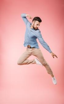 Integrale di un bel giovane che salta