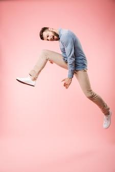 Integrale di un giovane felice che salta