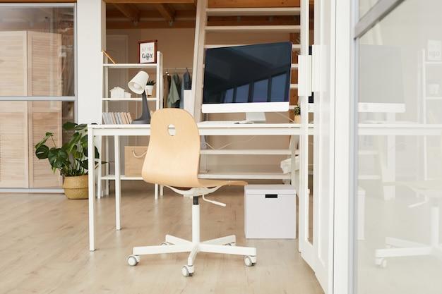 Immagine integrale dell'interno contemporaneo dell'appartamento a due livelli con il posto di lavoro del ministero degli interni in primo piano