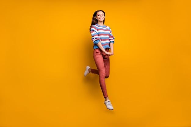 La foto integrale del contenuto dolce e affascinante ragazza salta goditi la caduta