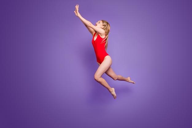 Foto integrale della signora divertente emozionante che nuota sotto il salto dell'acqua