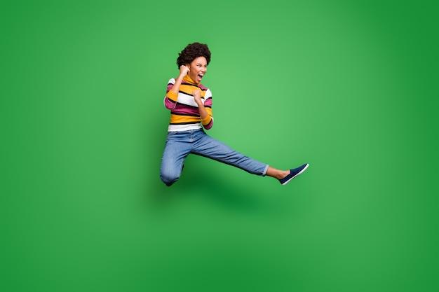 Foto a figura intera di divertente pazza ragazza afro americana pratica salto kickboxing sportivo autunno gambe pugni combattono copyspace nemico indossare splendore bellissimo vestito