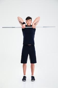 Ritratto integrale di un allenamento atletico dell'uomo con il bilanciere isolato
