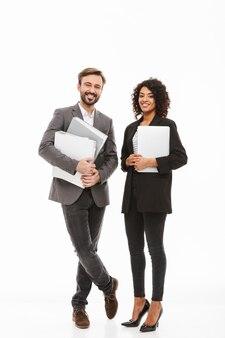 Ritratto integrale di una coppia di affari che tiene le cartelle