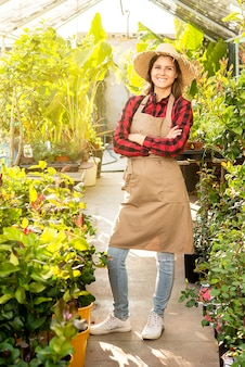 Il ritratto integrale di una donna di affari nel suo lavoro felice sorridente verde ha soddisfatto il positivo