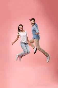 Ritratto integrale di una giovane coppia allegra