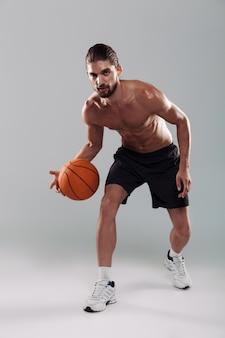 Ritratto a figura intera di un giovane uomo a torso nudo concentrato