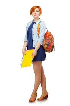 Ritratto integrale della studentessa diligente con cartelle e zaino università o college con zaino colorato isolato su bianco