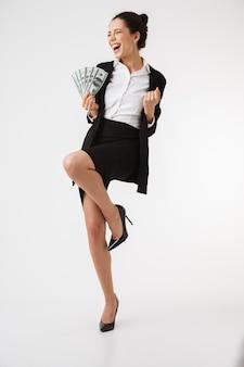 Ritratto integrale di una giovane donna di affari eccitata