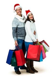 Ritratto integrale delle coppie festive che tengono i sacchetti del regalo
