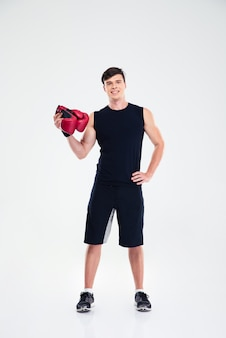 Ritratto integrale di un uomo di forma fisica che tiene i guanti boing isolatiing