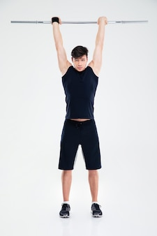 Ritratto integrale di un allenamento dell'uomo di forma fisica con il bilanciere isolato