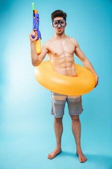 Ritratto integrale di un giovane uomo senza camicia divertente