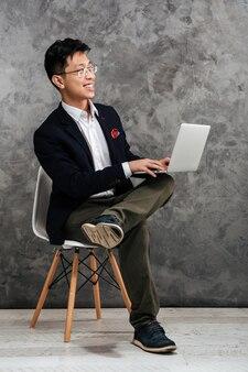 Ritratto integrale di un giovane uomo asiatico felice