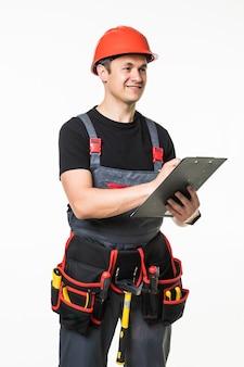 Ritratto integrale di un costruttore maschio sopra il fondo bianco della parete. concetto di riparazione, costruzione, costruzione, persone e manutenzione.