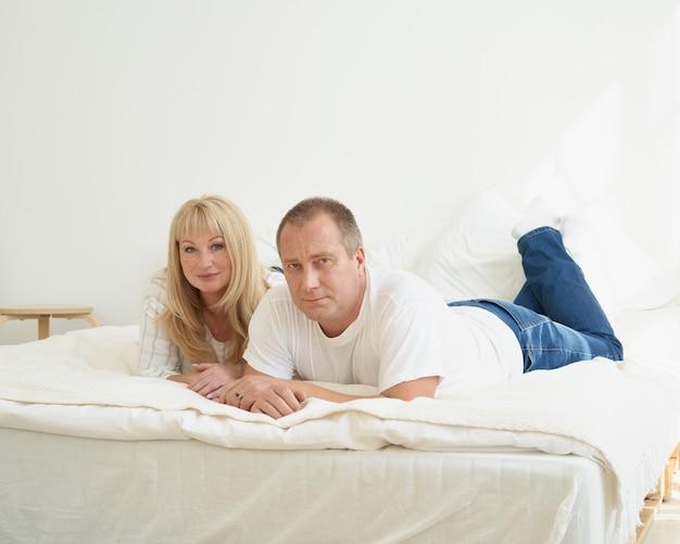 Ritratto integrale delle coppie mature nell'interiore domestico sul sofà