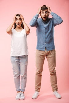 Ritratto integrale di una giovane coppia scioccata