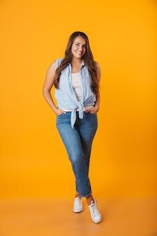 Ritratto integrale di una giovane donna in sovrappeso sorridente