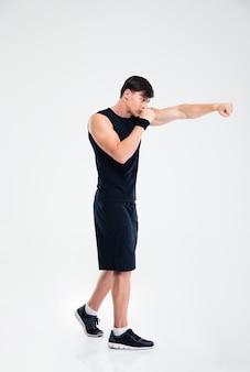 Ritratto a figura intera di un uomo sportivo che boxe isolato