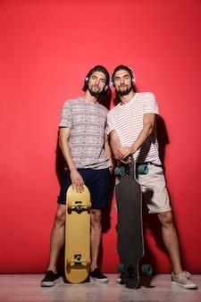 Ritratto a figura intera di due giovani fratelli gemelli allegri