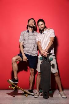 Ritratto a figura intera di due giovani fratelli gemelli fiduciosi