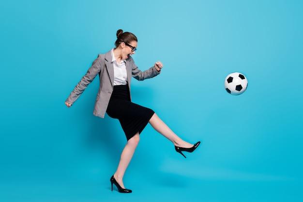 Profilo a figura intera foto laterale funky capo donna kick ball urlo indossare gonna blazer isolato sfondo di colore blu