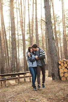 Colpo integrale di abbracciare le coppie
