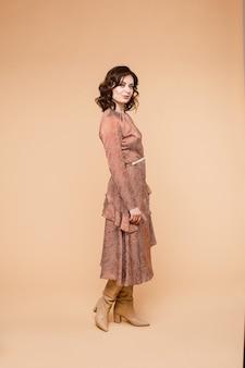 Foto stock a figura intera di una bella bruna dai capelli ondulati