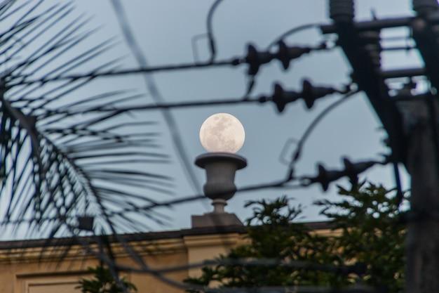 Luna piena a rio de janeiro, brasile.