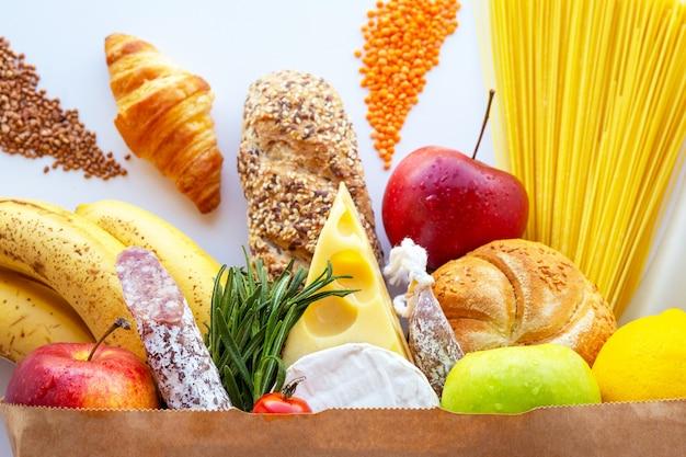Sacco di carta pieno con cibo sano.