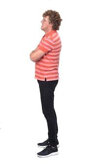 Ritratto completo di un uomo, vista laterale con capelli ricci, braccia incrociate