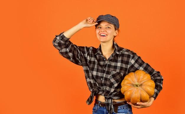 Pieno di positività. felice giorno del ringraziamento. felice halloween. cibo sano in crescita. retrò donna tenere la zucca. ragazza con zucca. contadino che raccoglie in campagna. concetto di stagione autunnale. raccolto autunnale.