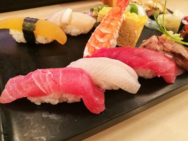Set completo di sushi giapponese di pesce fresco di prima qualità
