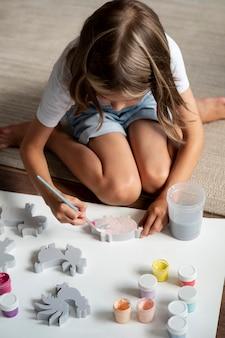 Il bambino a tutto campo è creativo a casa