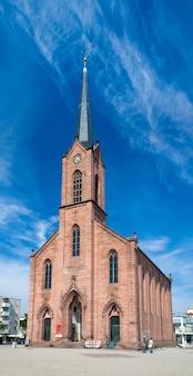 Colpo completo della chiesa della pace a kehl