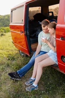 Coppia carina a tutto campo in furgone