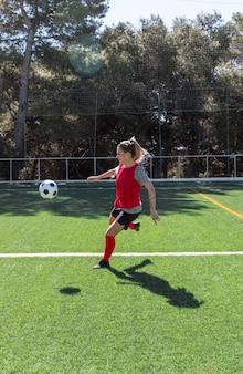 Giocatore di football americano femminile del colpo pieno