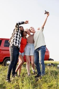 Amici a tutto campo che si fanno selfie