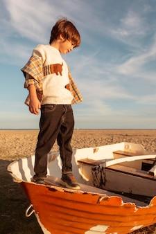 Ragazzo pieno colpo in piedi in barca