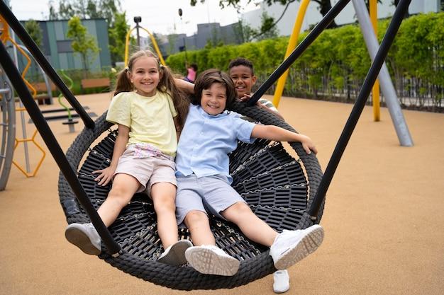 Bambini a tutto campo che giacciono su un grande swing
